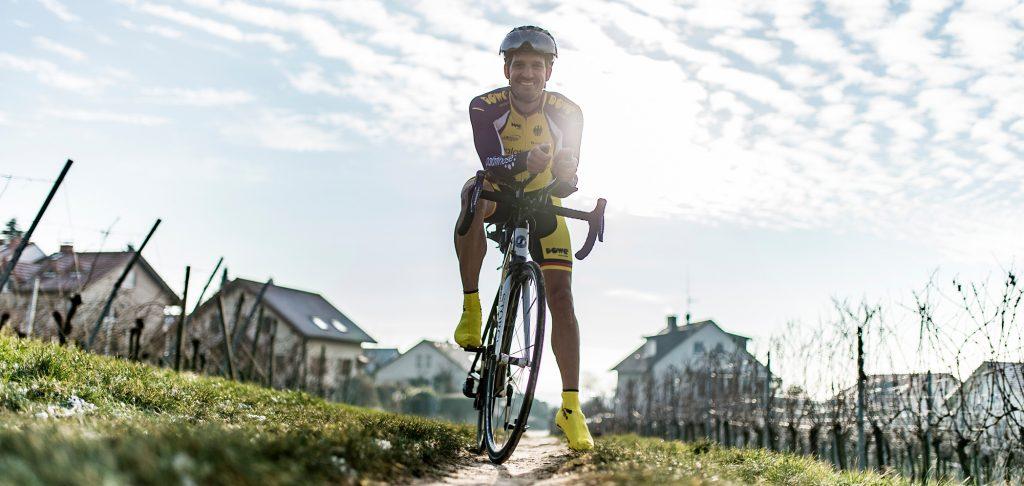 Rennrad-Athlet mit Überschuhen von DOWE Sportswear