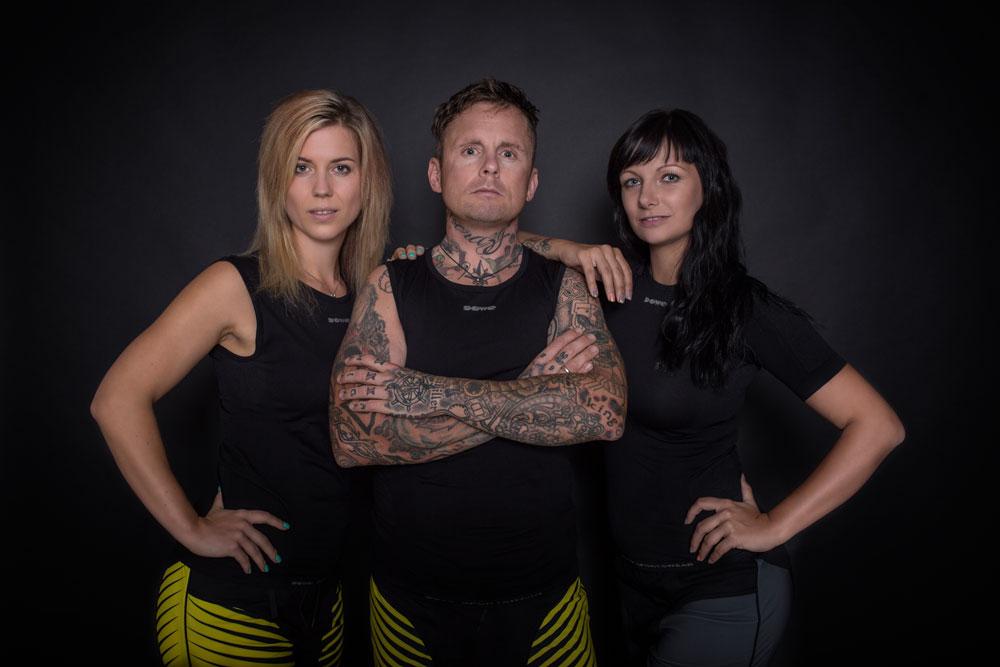 Franz Preihs im DOWE UltraSeries Underwear-Tanktop - mit zwei Ladies