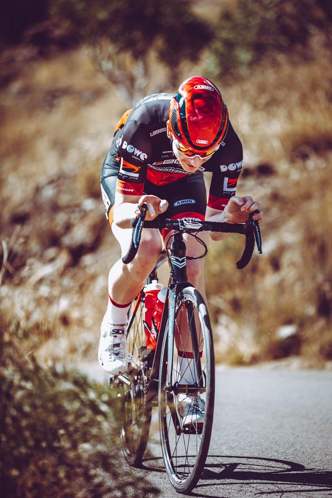 Rennrad-Athlet von Leeze mit DOWE Trikot und Hose