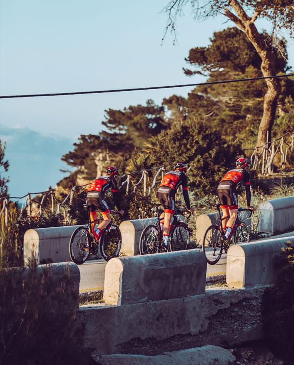 Athleten vom Team Leeze auf Mallorca mit DOWE Teamwear