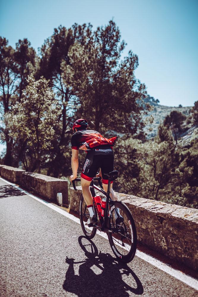 Athlet von Team Leeze auf Mallorca mit DOWE Trikot