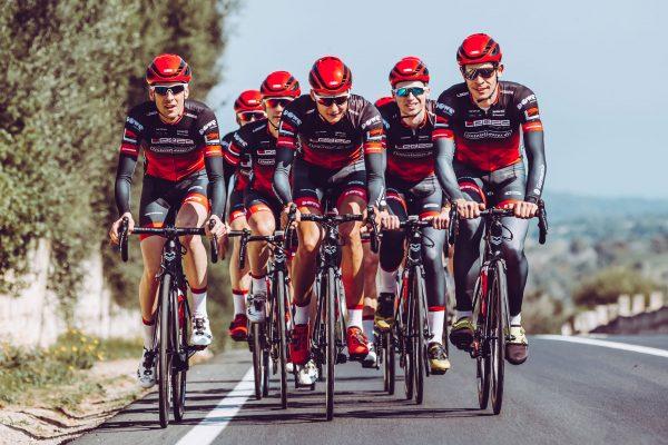 Rennrad-Athleten von Leeze mit DOWE Trikots und Hosen