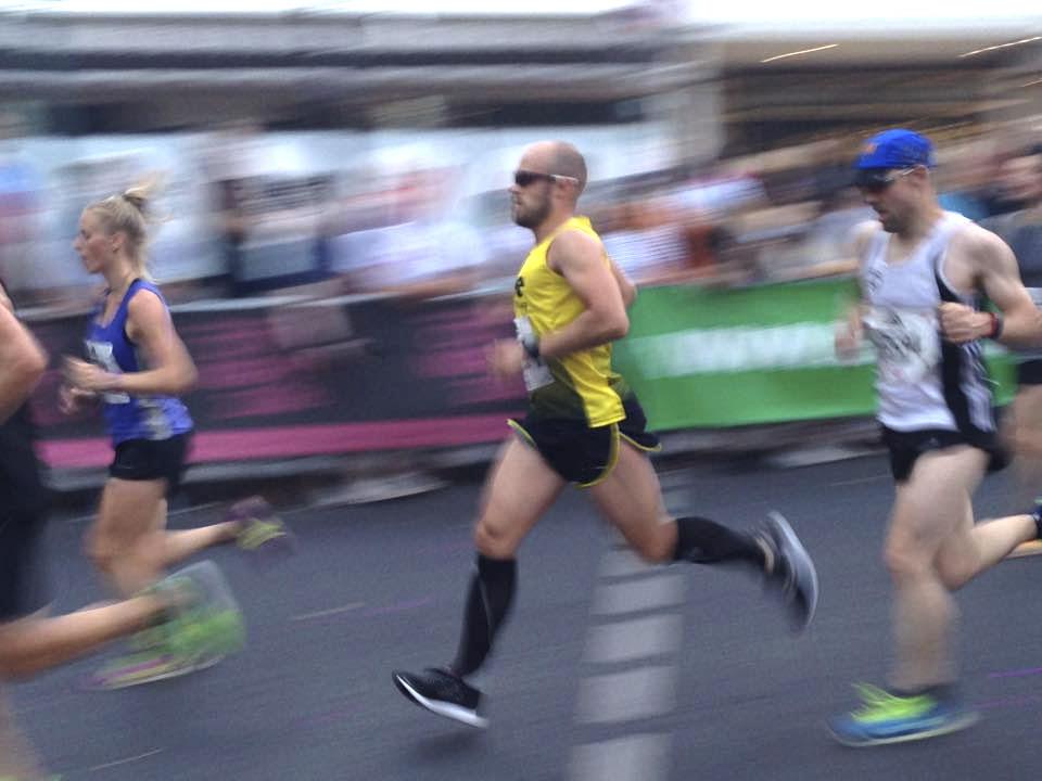 Athlet mit Marathon-Shirt von DOWE
