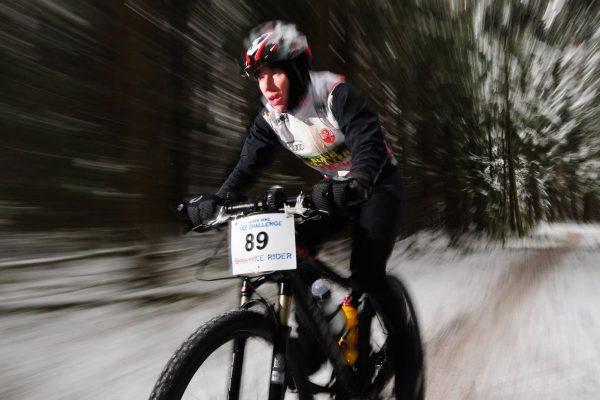 Athlet mit Winter-Trägerhose