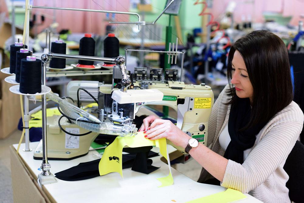 Näherin mit Trikot von DOWE Sportswear - Produktion