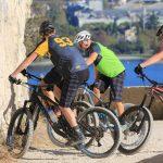 Mountainbike-Radler mit DOWE Enduro Jerseys und Shorts