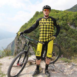 Model mit DOWE Enduro Jersey und Short auf dem Mountainbike am Gardasaee