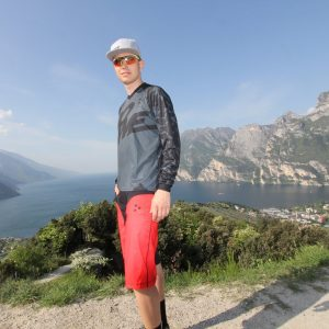 "MTB / Enduro Long-Sleeve Jersey ""Dark Camo"" - Model near Lake Garda"