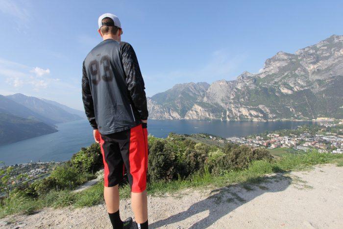 "Model am Gardasee mit DOWE Sportswear MTB/Enduro Shirt Langarm ""Dark Camo"""