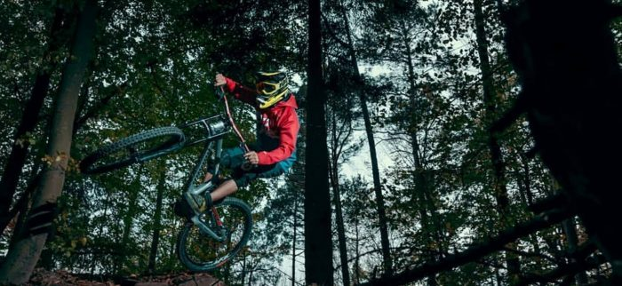 "MTB-Radler mit Dowe Active Jacket ""Blue Mountain"" im Wald"