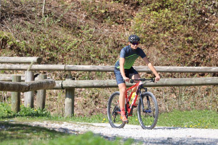 """Radfahrer mit DOWE Sportswear Carbon Radtrikot """"Hornet"""""""