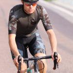 Model mit DOWE Sportswear - Rennrad-Fahrer auf der Straße