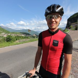 Rennrad-Fahrer mit DOWE Road Ultimate Jersey rot