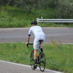 Road Biker mit Dowe Sportswear Trägerhose Ultra II in weiß