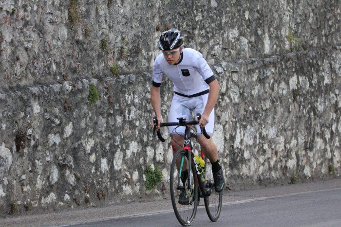 Radler mit Dowe Sportswear Trägerhose Ultra II in weiß