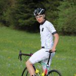 Rennrad-Fahrer mit Dowe Sportswear Trägerhose Ultra II in weiß