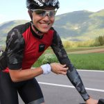 Model mit Road Ultimate Jersey Rot