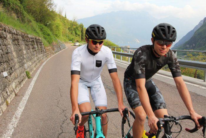 Models mit DOWE Sportswear - Zwei Rennrad-Fahrer auf der Straße
