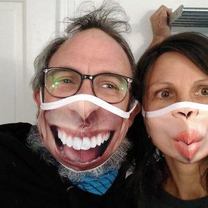 "Paar mit Dowe Community Masks - Motive ""Big Smile"" und ""Sweet Kiss"""