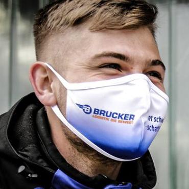 Junger Angestellter der Spedition Brucker mit Dowe Community Mask