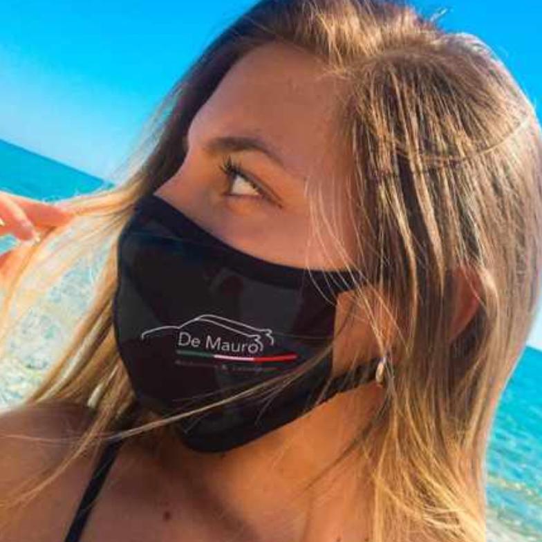 """Frau am Strand mit Dowe Community Mask """"De Mauro"""""""
