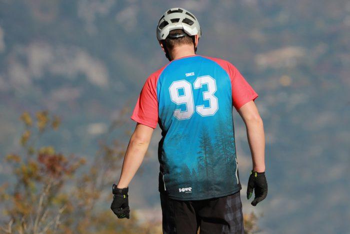 Mountainbiker mit DOWE Sportswear Jersey